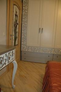столик и шкаф
